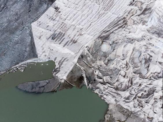 氷河が解けてできた湖が毎年拡大している。ローヌ氷河で。