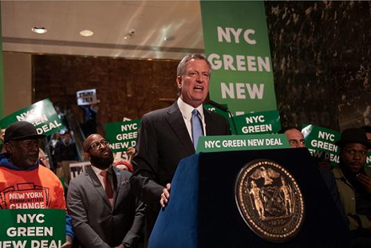 ニューヨークでグリーンニューディールをと訴えるデカシオ市長