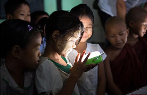 ソーラーランタンの明かりに喜ぶミャンマーの小学校の子どもたち