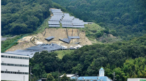 豪雨で崩壊した太陽光パネル(兵庫県姫路市)