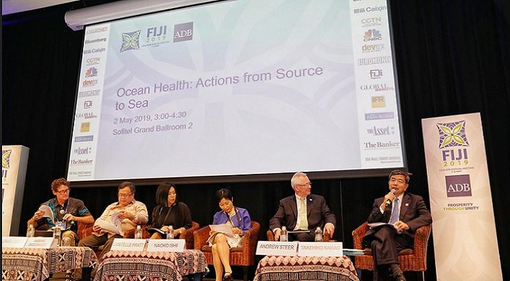 フィジーで開いたアジア開発銀行総会で開かれた海洋汚染問題のセミナー(右端は中尾武彦ADB総裁)