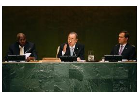 23日、ニューヨークで開かれた国連気候変動サミットの冒頭で演説する潘基文国連事務総長(中央)(ロイター=共同)