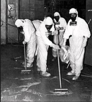 原子炉建屋内を除染する作業員