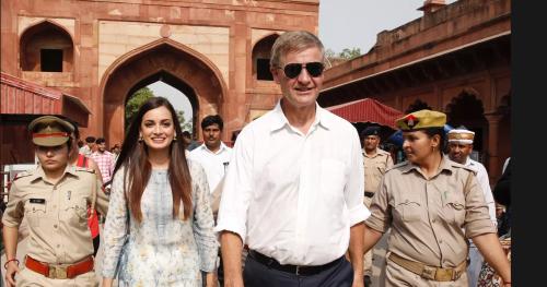 インドを訪問したソルヘイム氏。インドの環境親善大使のDia Mirzaさんと、タージマハルを視察。