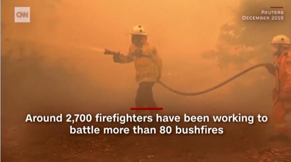 懸命の消火活動が続く