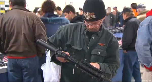 銃を物色するNRAのメンバー