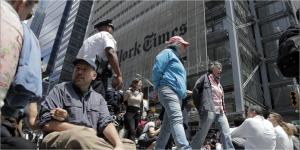 ニューヨークのNT紙本社のあるタイムズスクエアに座り込む環境保護団体