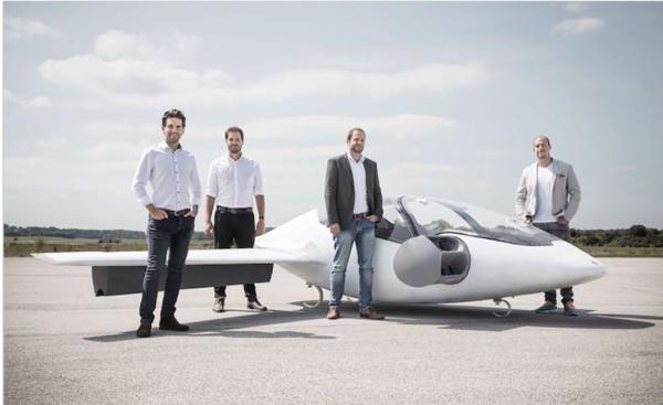 4月に飛行に成功した2人乗り試作機と、リリウムの共同創始者たち