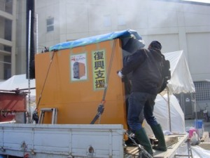 移動式の薪かまどボイラーでお風呂を提供する