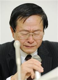 首相官邸に参与を辞任する意向を伝え、記者会見で涙ぐむ小佐古敏荘・内閣官房参与