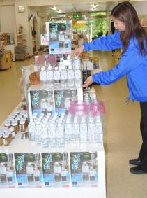 あぶくま洞の売店で売られている「あぶくまの天然水」。原発事故後、売り上げの低迷が続いている=田村市滝根町