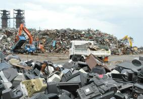 震災廃棄物の分別処理が進む蒲生搬入場=14日、仙台市宮城野区