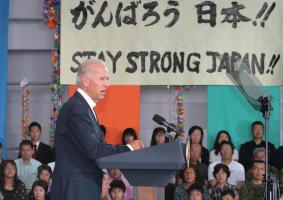 被災者らが見守る中、演説するバイデン米副大統領=23日、仙台空港