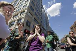 米首都ワシントンの中心街で地震に戸惑う人々=2011年8月23日、AP