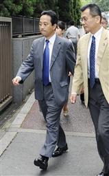 オリンパス内部通報訴訟の控訴審判決で、東京高裁に入る原告の浜田正晴さん(左)ら=31日午前