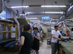 蛍光灯に高効率の反射板が付けられたモビーディックの製造ライン