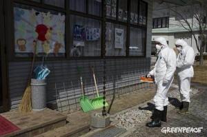 放射性物質を独自調査するグリーンピース調査団