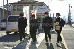(写真:福島県内の下校中の中学生たち © Christian Åslund / Greenpeace)