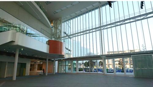新庁舎内の三層吹き抜けのアトリウム