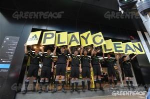 まだ「デトックス宣言」を発表していないアディダス社の店舗前で抗議行動をするgreenpeaceのメンバー