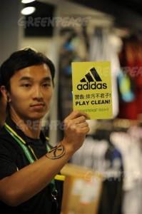 デトックス宣言発表以前、アディダス店内にて。 Clement Tang / Greenpeace