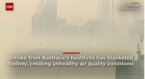 街中が山火事からの煙に覆われるシドニーの街