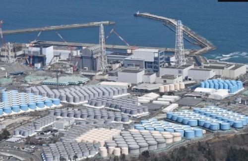 処理済み汚染水の貯蔵タンクが並ぶ福島第一原発=2021年4月、朝日新聞社ヘリから