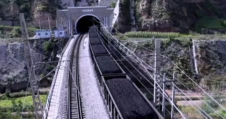 炭鉱から運び出される石炭