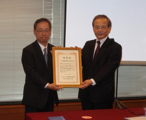 2017年サステナブルファイナンス大賞を受賞した戸田建設の鞠谷祐士専務(左)