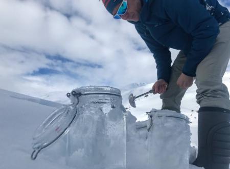 北極圏で氷を採取
