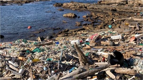 大量の海洋ゴミが漂着する対馬の海岸