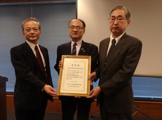 真ん中の後藤氏をはさんで、池尾和人審査委員長㊨、藤井良広環境金融研究機構代表理事㊧