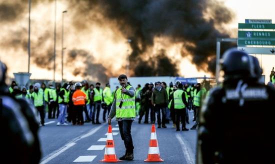 フランス市民は自ら抗議を政府に突き付ける