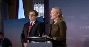 G7環境関連相会議を総括するカナダのマッケナ環境・エネルギー相(右)