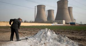 中国・河北(Hebei)省刑台(Xingtai)にある発電所近くで、地面を掘る男性(2013年3月10日)