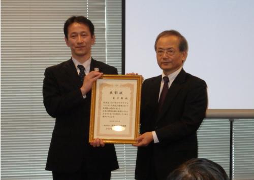特別賞の表彰状を掲げる東京都財務局主計部公債課統括課長代理の黒澤宏明氏(左)