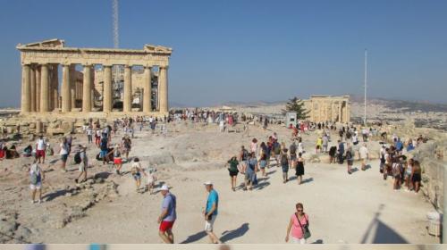 多くの観光客も猛暑の影響を受ける