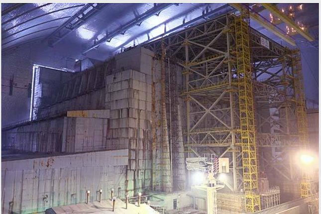 新格納庫の内部。石棺を鋼鉄製フレーム等で支えている