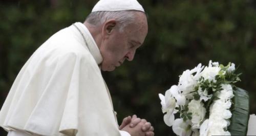長崎で慰霊碑に頭を垂れる教皇