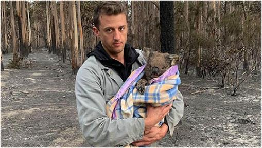 火災から救出したコアラのウィルバーを抱くボランティアのジャック・ブルースさん