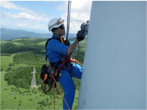 風車の支柱を点検
