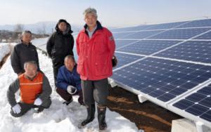 太陽光発電所を整備した玉手理事長(右)ら国見町の住民有志