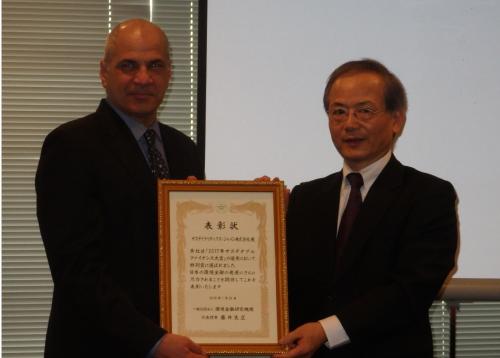サステナブルファイナンス大賞の特別賞を受賞するサステナリティクス・ジャパン代表のジェームス・ホリラック氏(左)