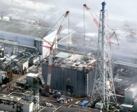 大型クレーンで巨大ながれきの撤去が行われた福島第一原発3号機=2015年8月、福島県大熊町、朝日新聞社ヘリから