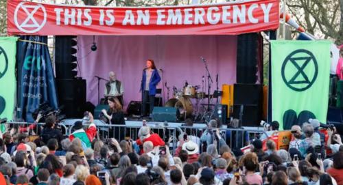 ロンドンのマーブルアーチで抗議の住民らが設立した臨時ステージに登場したグレタさん