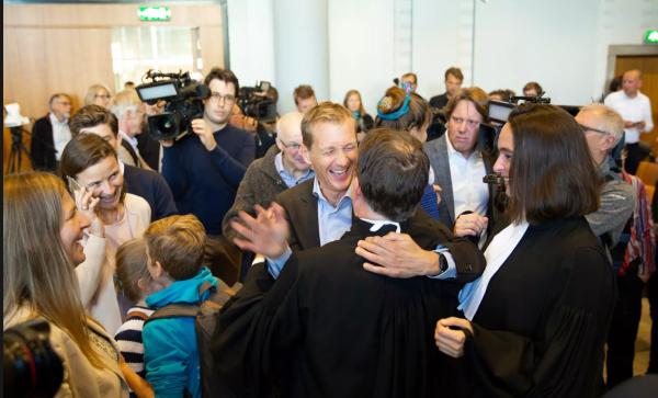 2審連続の原告勝訴を喜ぶ原告関係者たち