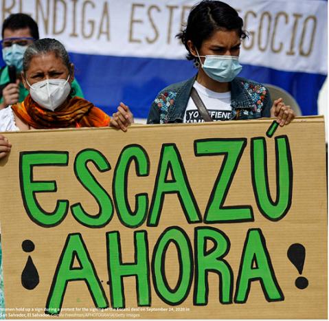 開発計画に市民参加の国際協定調印を求める活動家(メキシコで)