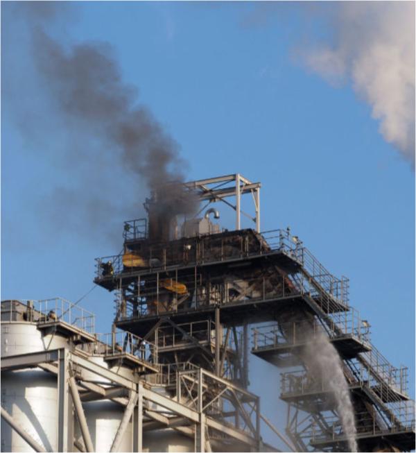 黒煙を上げて燃える発電所(西日本新聞より)