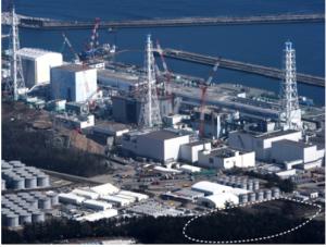 汚染水タンクが林立する東京電力福島第一原発。右下の点線付近はタンクを増設するとみられるエリア。 左奥から、1、2、3、4号機の原子炉建屋