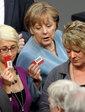 ドイツ連邦議会(下院)で行われた「脱原発法案」の投票で、票を投じるアンゲラ・メルケル(Angela Merkel)首相(中央、2011年6月30日撮影)。(c)AFP/MICHAEL KAPPELER